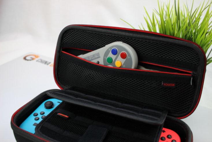 Mando inalámbrico 8Bitdo SF30 Pro en una funda para la Nintendo Switch