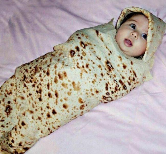 ebé envuelto con la manta burrito