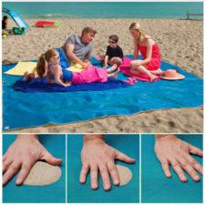 Familia en la playa sentados sobre la manta sin arena