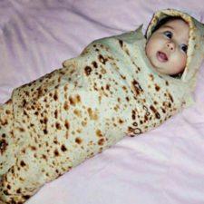 Bebé envuelto con la manta burrito
