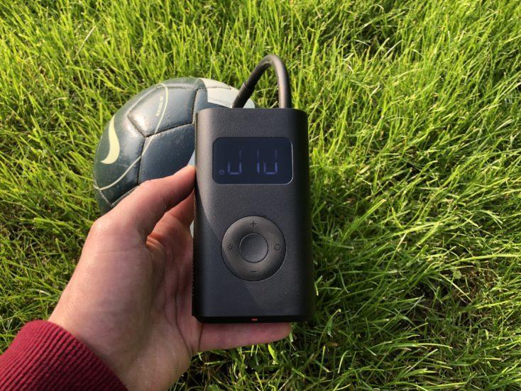 Bomba de aire eléctrica de Xiaomi hinchando un balón de fútbol