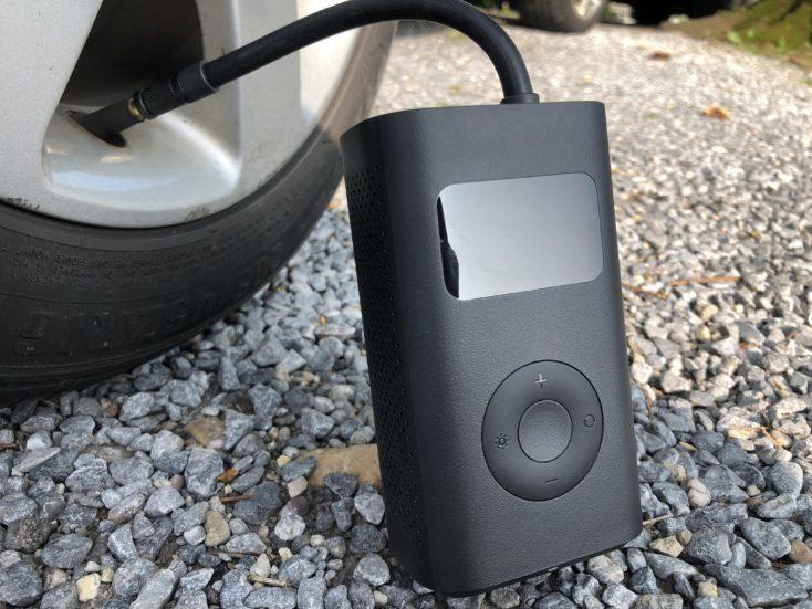 Bomba de aire eléctrica de Xiaomi en la rueda de un coche