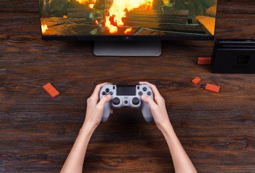 Mando de la Playstation conectado al PC con el adaptador 8Bitdo