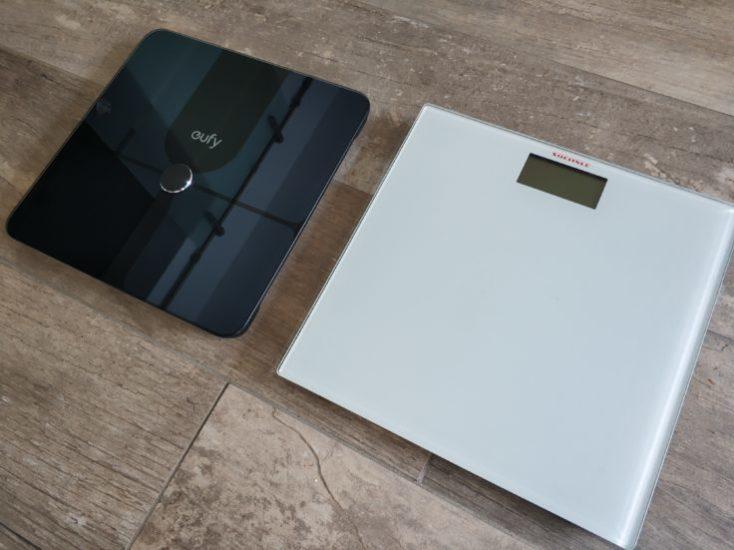 Báscula inteligente Eufy Smart Scale P1 comparada con otra báscula