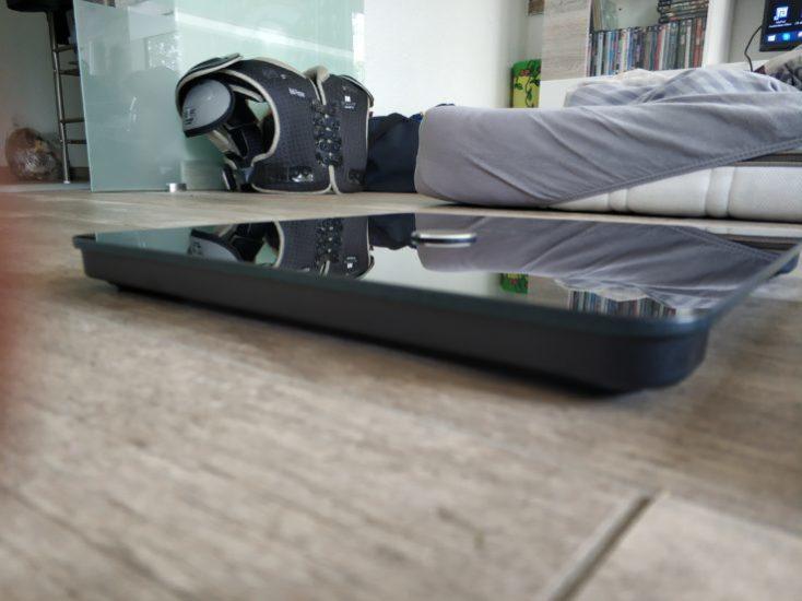 Báscula inteligente Eufy Smart Scale P1 vista desde un lado