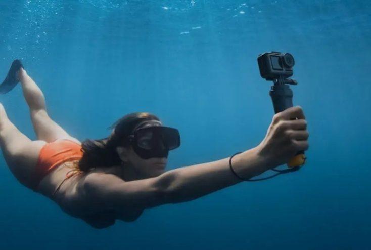 mujer buceando con la Cámara de acción DJI Osmo Action