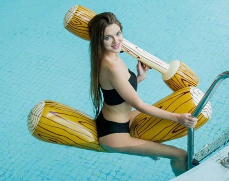 Modelo con el Juego de la justa hinchable para piscina