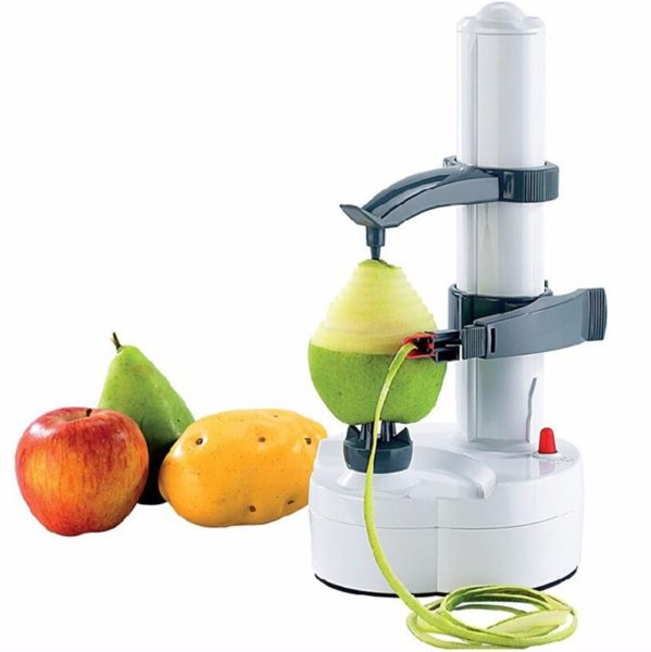 Pelador eléctrico pelando una pera