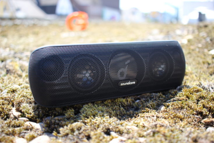 Altavoz bluetooth Anker Soundcore Motion + en la terraza