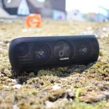Altavoz bluetooth Anker Soundcore Motion+ en el exterior