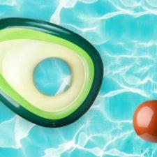 colchoneta de piscina o playa con diseño de aguacate
