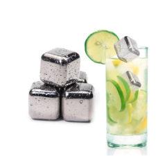 Cubitos de hielo de acero inoxidable en un cocktail