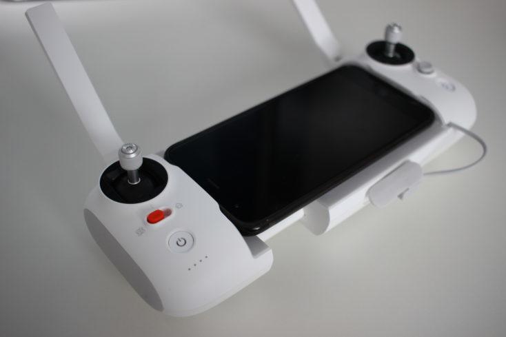 Mando a distancia del Drone FIMI X8 SE con smartphone colocado