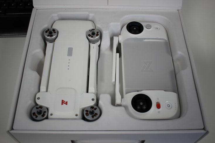 Drone FIMI X8 SE y el mando a distancia en la caja
