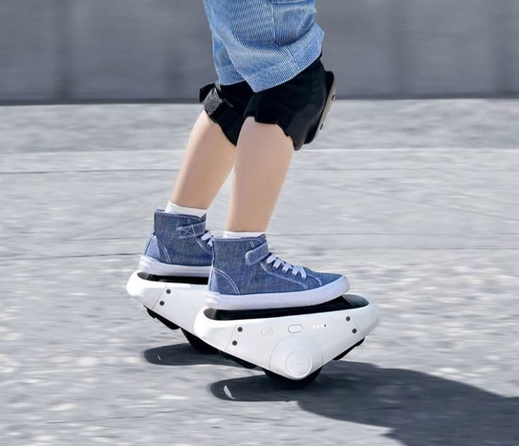 Niño patinando con los patines eléctricos Xiaomi Mijia Ninebot Double Balance Wheel