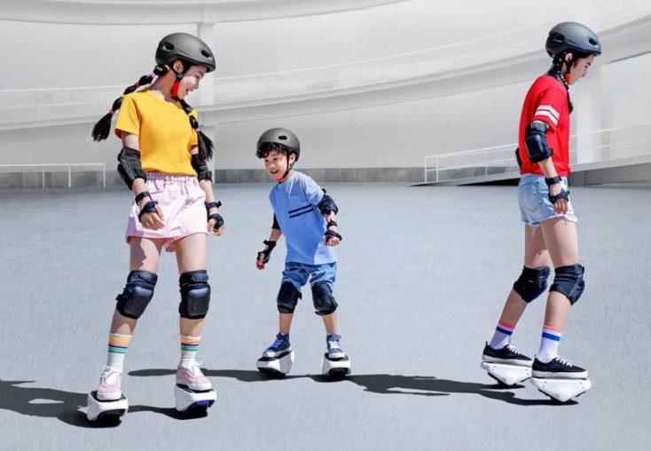 En esta imagen publicitaria van dirigidos a niños y jóvenes. se ve que los patinetes est