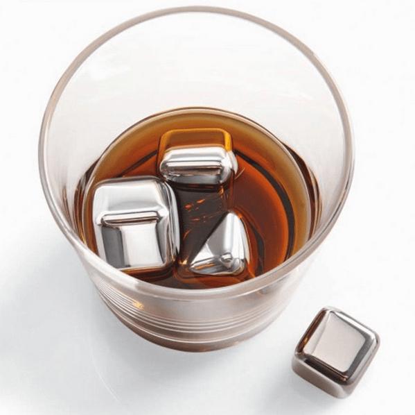 Cubitos de hielo de acero inoxidable en un vaso