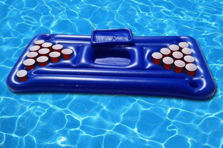 Beer Pong hinchable en la piscina