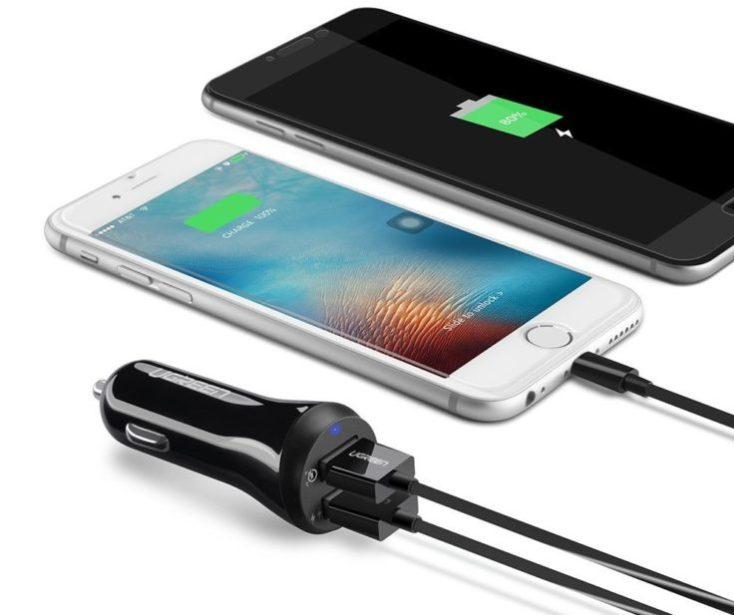 Cargando dos smartphones con el Cargador para el coche de UGREEN