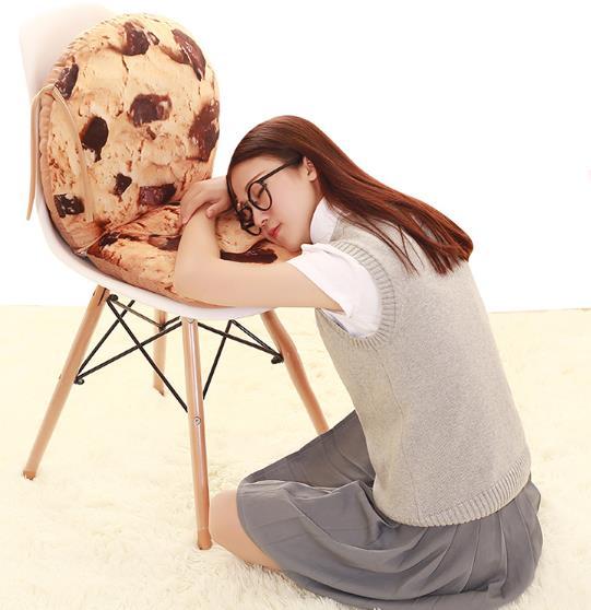 modelo apoya la cabeza en el cojín creativo para silla de cookie