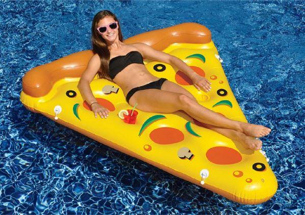 Chica tumbada en la colchoneta en forma de trozo de pizza
