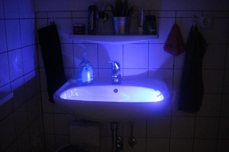 Luz LED para inodoro azul en el lavabo