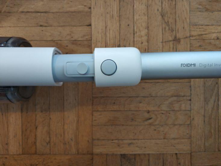 Uniendo los accesorios de la Luz LED en la boquilla de aspiración de la Aspiradora inalámbrica Roidmi F8