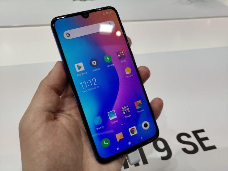 Xiaomi Mi 9 SE en la mano