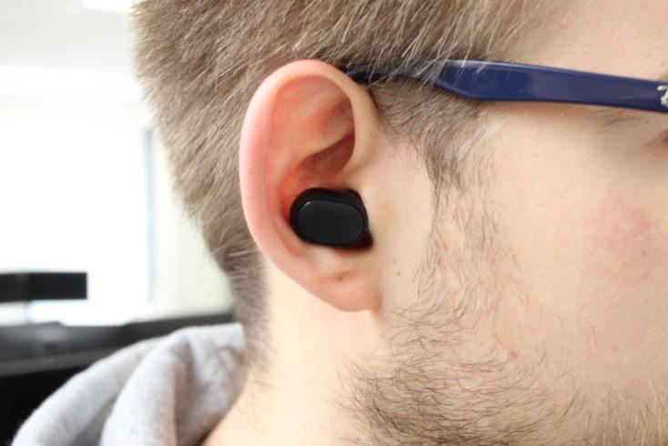 Auriculares bluetooth Redmi Airdots en la oreja