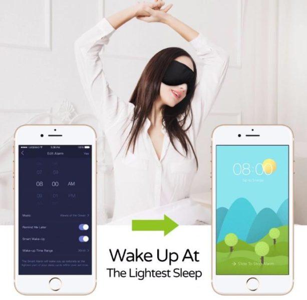 Mujer despertandose con el antifaz para dormir y su aplicación