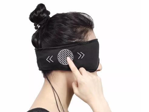 Mujer con el antifaz para dormir de Xiaomi puesto