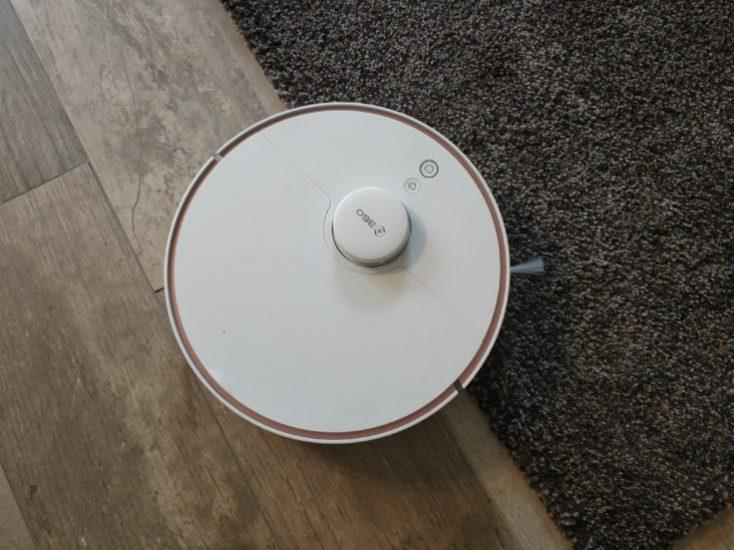 Robot aspirador subiendo a una alfombra