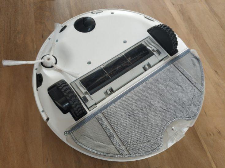 Parte de abajo del robot aspirador con paño de microfibra