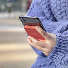 Batería externa inalámbrica Reiling Qi pegada al smartphone