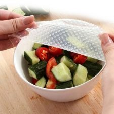 Recipiente con ensalada y la tapa de silicona reutilizable