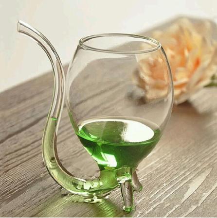 Vaso de cristal en forma de esfera con pajita integrada con bebida verde