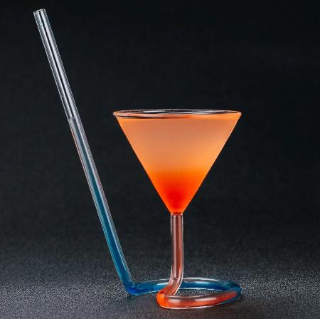 Vaso de cristal en forma de cono con pajita integrada con bebida multicolor