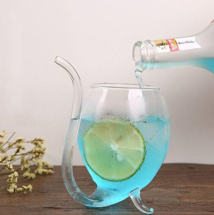 Vaso de cristal en forma de esfera con pajita integrada con bebida azul