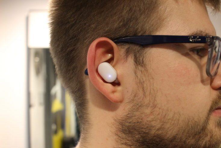 Auricular XIaomi AirDots Youth Edition en la oreja
