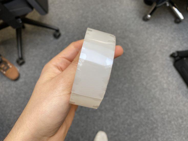Rollo de cinta adhesiva mágica en la mano