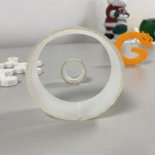 Rollo de cinta adhesiva mágica en la mano y rollo de cinta adhesiva normal detrás
