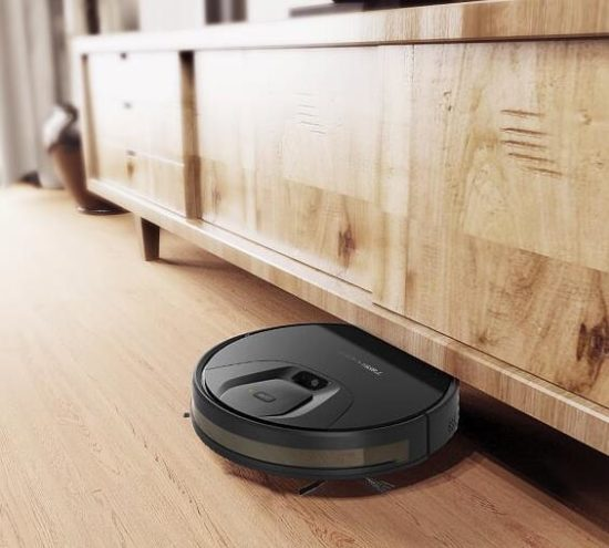 Tesvor T8 pasando debajo de un mueble