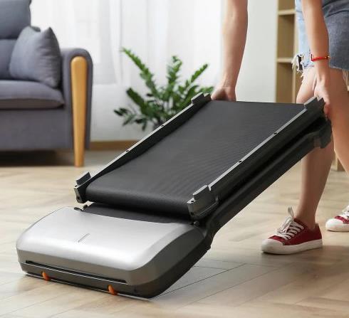 Cinta de correr WalkinPad C1 plegada y siendo transportada