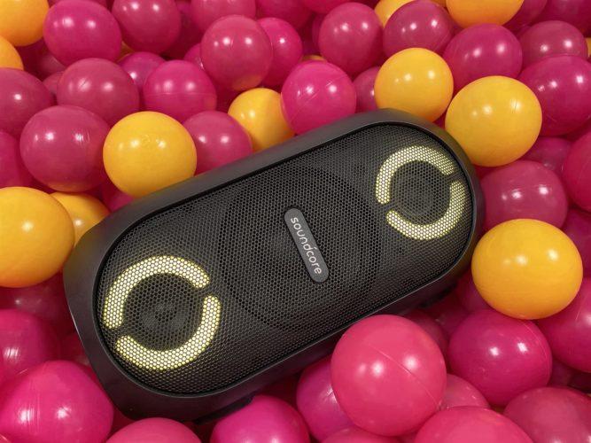 bluetooth Anker Soundcore Rave Mini en la piscina de bolas