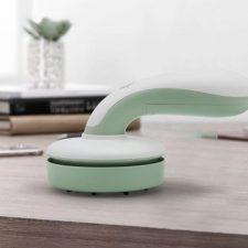 Aspiradora de mesa en la mesa, en verde menta