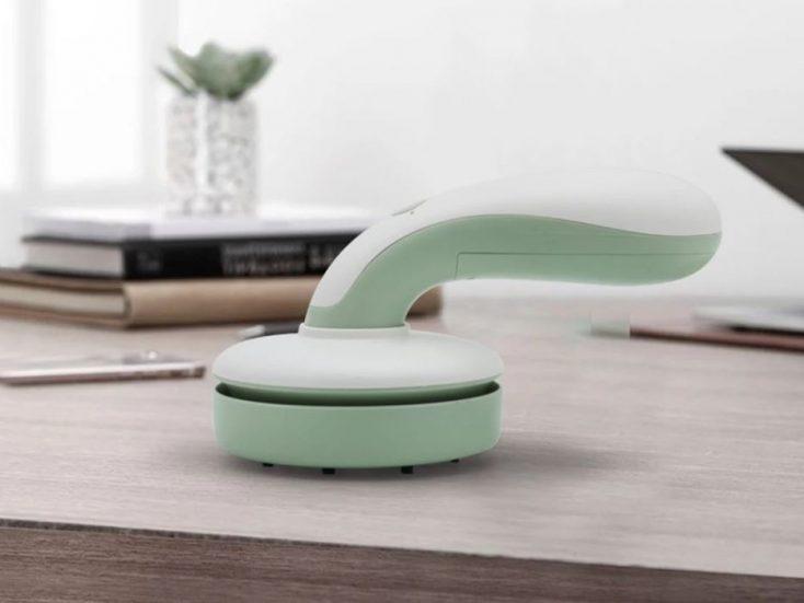 Aspiradora de mesa en la mesa, en verde