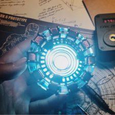 Reactor Arc de Iron Man brillando