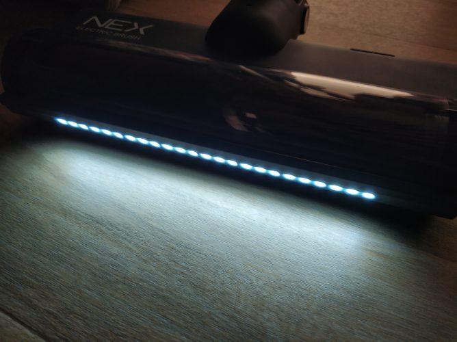 Boquilla de aspiración de la Roidmi NEX con las luces LED encendidas en la oscuridad