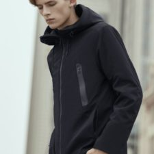 Modelo con la chaqueta con sistema de calefacción de 90 FUN