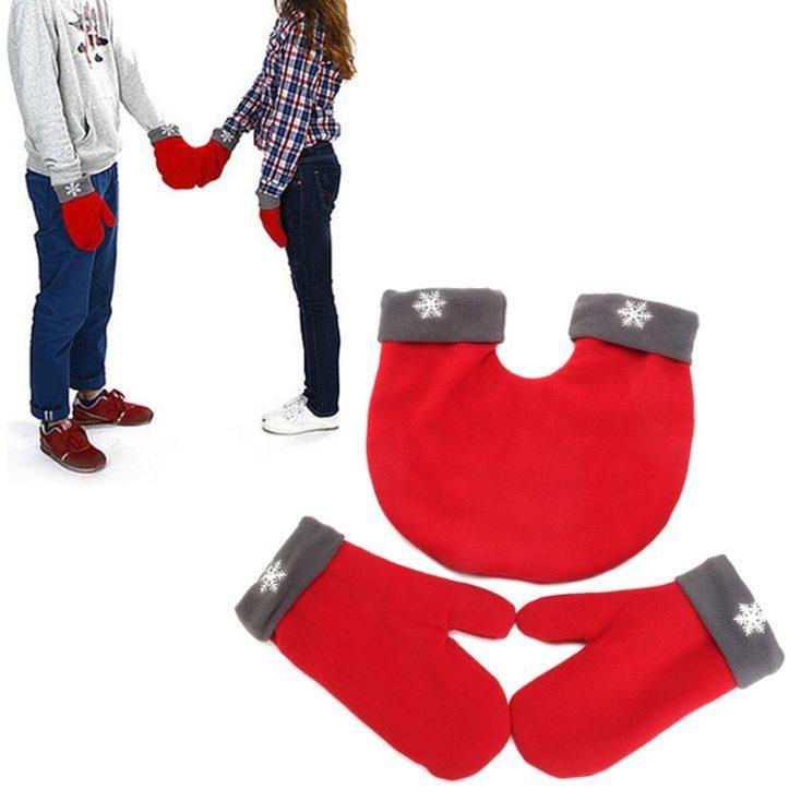 Pareja dandose la mano con los guantes de pareja en rojo